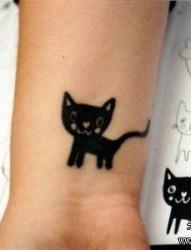 女孩子手腕处可爱的图腾猫咪纹身图片