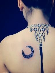 简单清新的肩部月亮图腾刺青