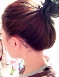 耳朵后面小巧唯美的圖騰刺青