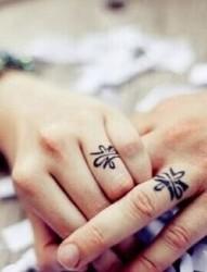 一大波情侣手指戒指纹身