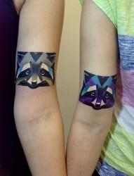 情侣手臂上彩色狐狸头纹身