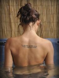 沐浴女背部的英文纹身