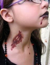 一款个性另类的血纹身
