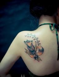 女人肩背唯美好看的狐狸纹身图片