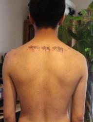 个性经典经文后背纹身