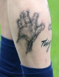 足球健将梅西小腿个性纹身