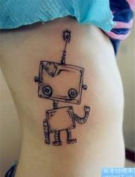 一幅女生腰部小机器人纹身