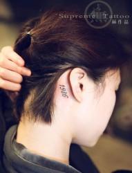 女生耳后小清新纹身