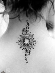 女人颈部流行的印度风格图腾纹身图片