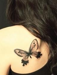 女性后背蝴蝶刺青