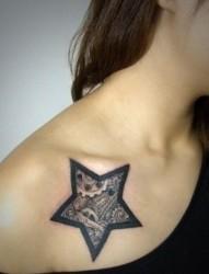 女性肩部蝴蝶刺青
