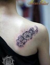 女人肩背唯美潮流的印度图腾纹身图片