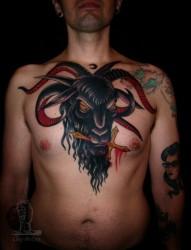 男人胸膛血色十字架羊头纹身图案
