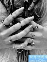 手指上小小的钻石刺青
