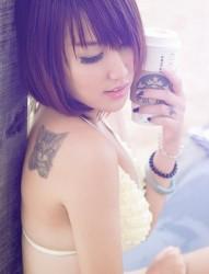 背部漂亮的彼岸花蝴蝶纹身