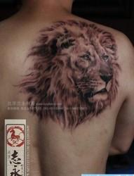 背部彩色嘎巴拉牡丹纹身图片