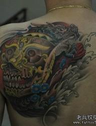 男生背部彩色嘎巴拉霸气龙纹身图片