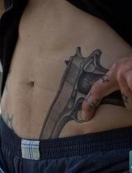 男人在人鱼线上两把枪纹身图片