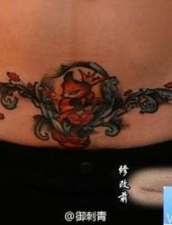 女人腹部潮流经典的小狐狸纹身图片