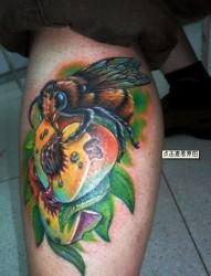 女士小腿上的花丛蜜蜂纹身图案