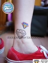 活波女孩腿上闪亮砖石纹身图