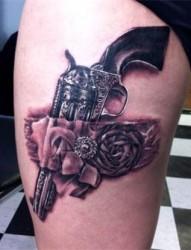 美女腿部个性的手枪纹身