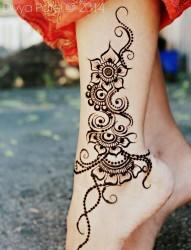 脚踝部漂亮的花藤纹身