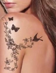 肩部漂亮的暂时性纹身