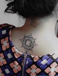 女人后脖子小巧经典的印度风格图腾纹身图片