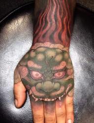 手背上经典的鬼面纹身