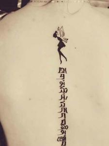 脊椎部的梵文纹身图片气质优雅