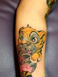 手臂有着异常心爱好玩的小老虎纹身