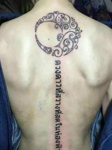脊椎部个性时尚的梵文纹身