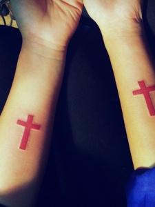 讓人眼前一亮的手臂紅色十字架紋身