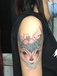 非常漂亮的手臂彩色羊頭刺青