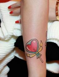 小巧玲珑的爱心糖果手臂纹身