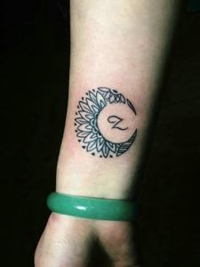 手腕上的个性简单月牙纹身图片