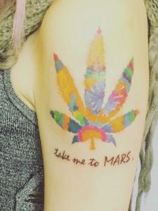 手臂花团锦簇的树叶纹身图片