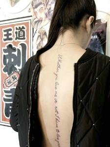 性感美女脊椎部的時尚梵文刺青