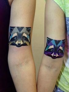 90后小情侣有着可爱的小花猫纹身