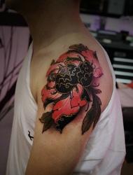 手臂上有着艳丽好看的花朵图腾纹身