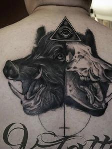 合二为一的另类野猪头像和英文纹身