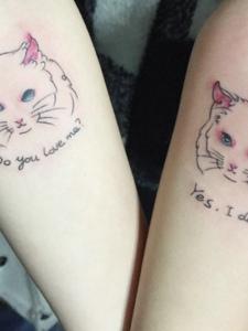 潮女双手臂的可爱小花猫纹身图片