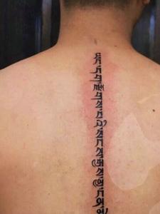 男士脊椎部的个性梵文纹身图片