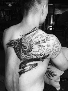 遮蓋半邊背部黑白烏鴉紋身圖片