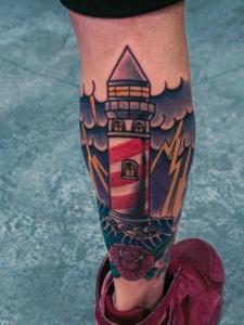 腿部個性無比的彩色燈塔紋身圖片