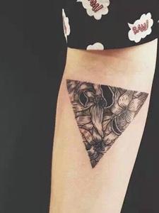 一组黑白几何三角形纹身图片