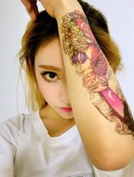 90后大眼睛漂亮美女花臂纹身