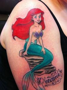 大臂上的漂亮彩色美人鱼刺青