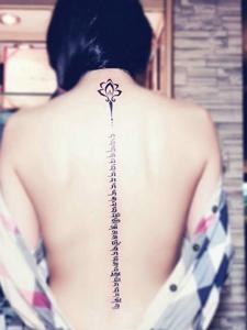 女生脊椎部的性感梵文纹身图片